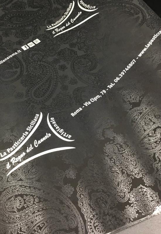 carta da involgere personalizzata elegante texture lucidatura uv fondo nero rifipack